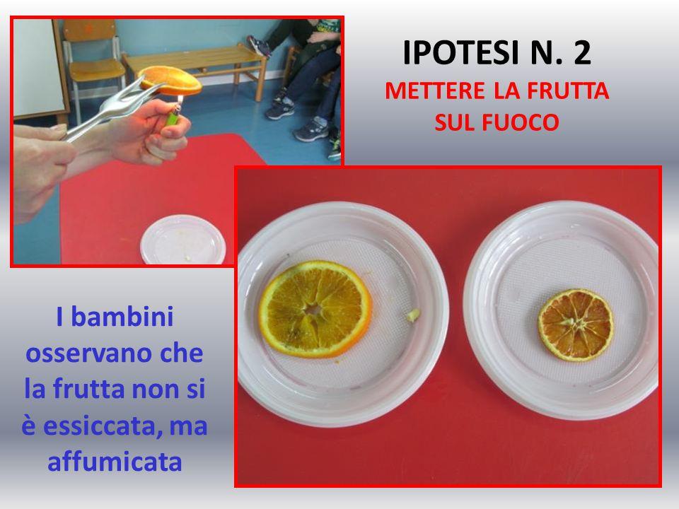 I bambini osservano che la frutta non si è essiccata, ma affumicata