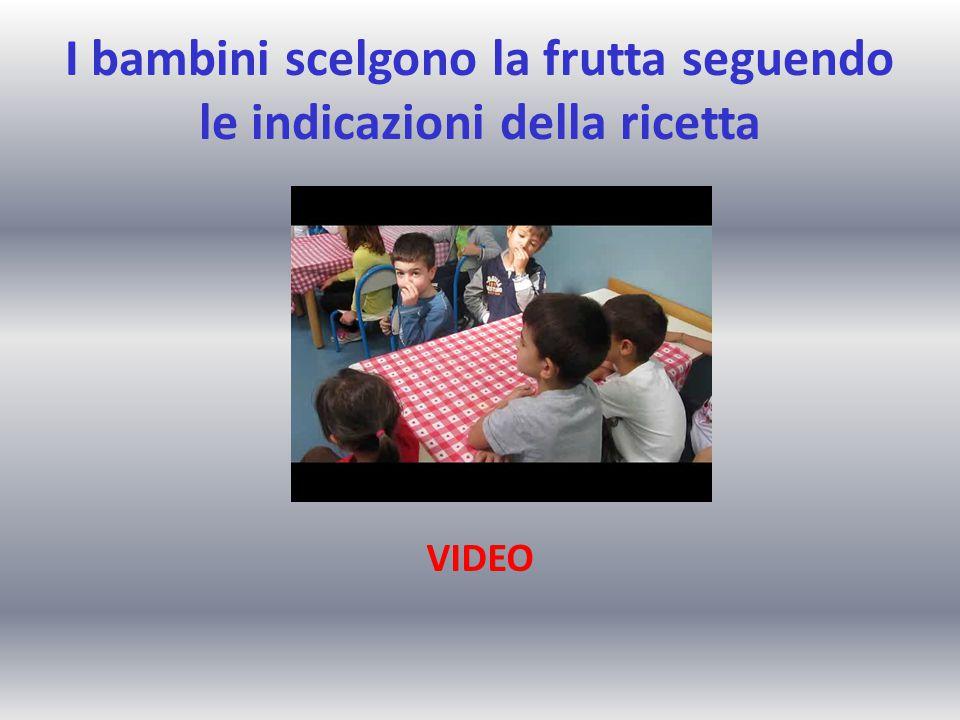 I bambini scelgono la frutta seguendo le indicazioni della ricetta