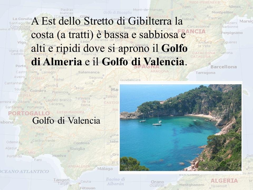 A Est dello Stretto di Gibilterra la costa (a tratti) è bassa e sabbiosa e alti e ripidi dove si aprono il Golfo di Almeria e il Golfo di Valencia.