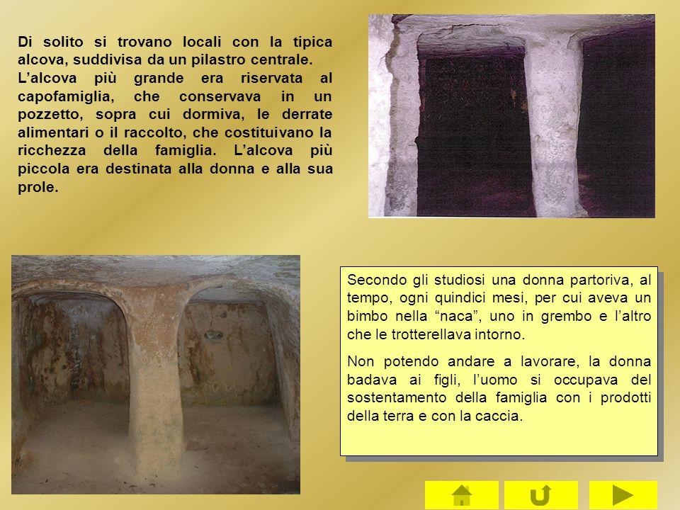 Di solito si trovano locali con la tipica alcova, suddivisa da un pilastro centrale.