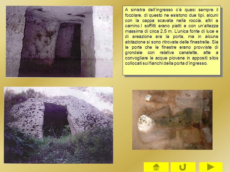 A sinistra dell'ingresso c'è quasi sempre il focolare, di questo ne esistono due tipi, alcuni con la cappa scavata nella roccia, altri a camino.I soffitti erano piatti e con un'altezza massima di circa 2,5 m.