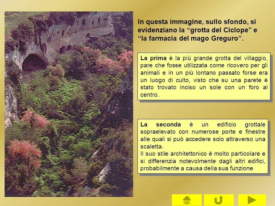 In questa immagine, sullo sfondo, si evidenziano la grotta del Ciclope e la farmacia del mago Greguro .