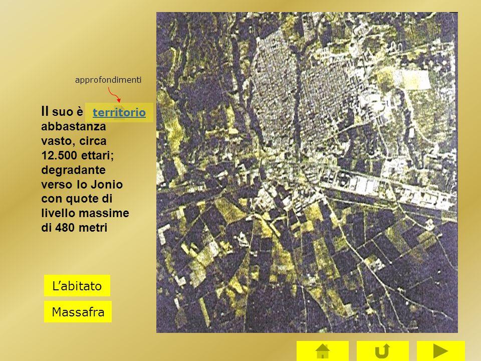 approfondimenti Il suo è abbastanza vasto, circa 12.500 ettari; degradante verso lo Jonio con quote di livello massime di 480 metri.