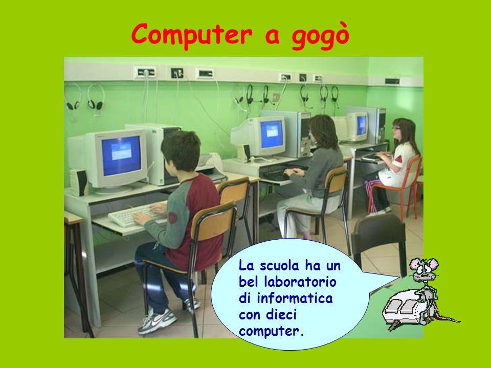 Computer a gogò La scuola ha un bel laboratorio di informatica con dieci computer.