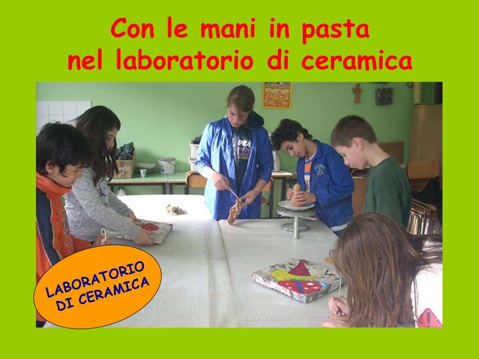 Con le mani in pasta nel laboratorio di ceramica