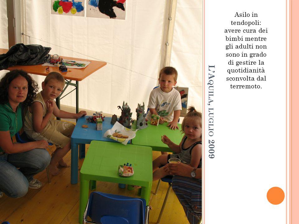 Asilo in tendopoli: avere cura dei bimbi mentre gli adulti non sono in grado di gestire la quotidianità sconvolta dal terremoto.