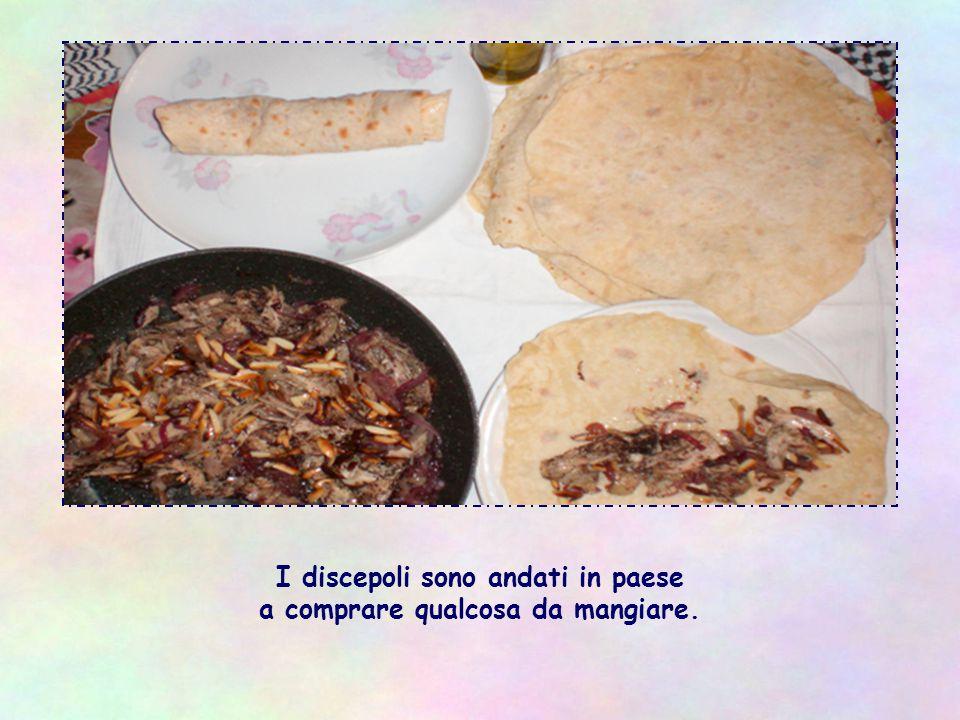 I discepoli sono andati in paese a comprare qualcosa da mangiare.