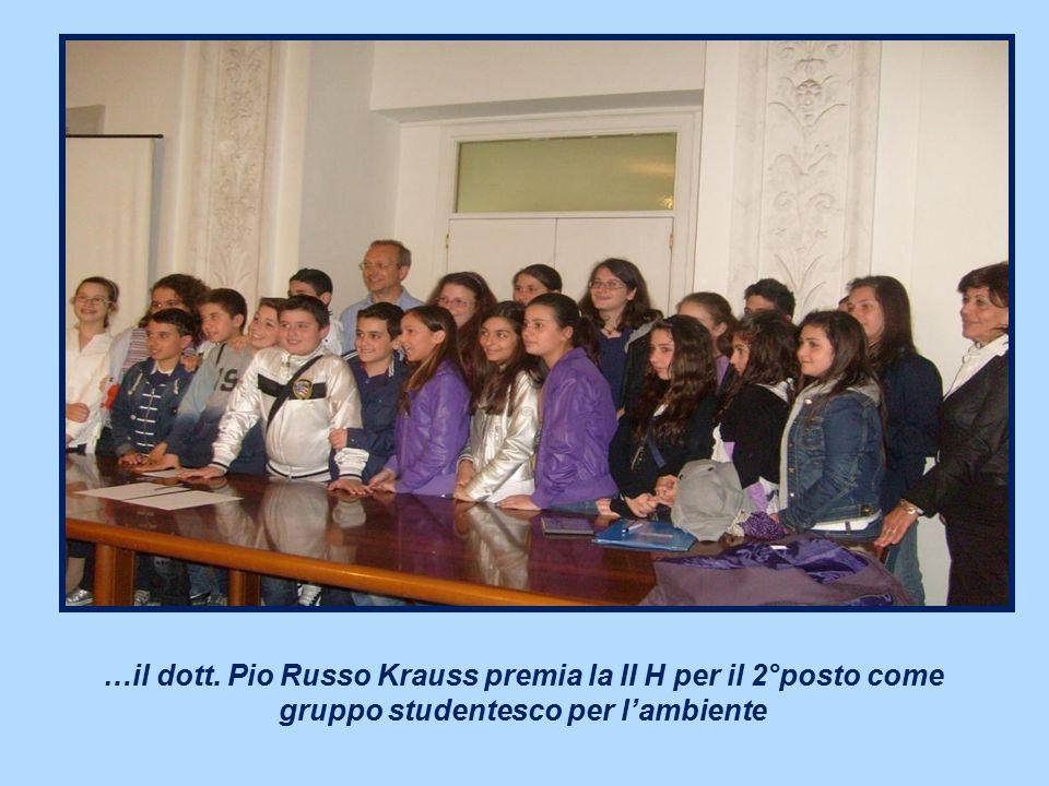 …il dott. Pio Russo Krauss premia la II H per il 2°posto come gruppo studentesco per l'ambiente