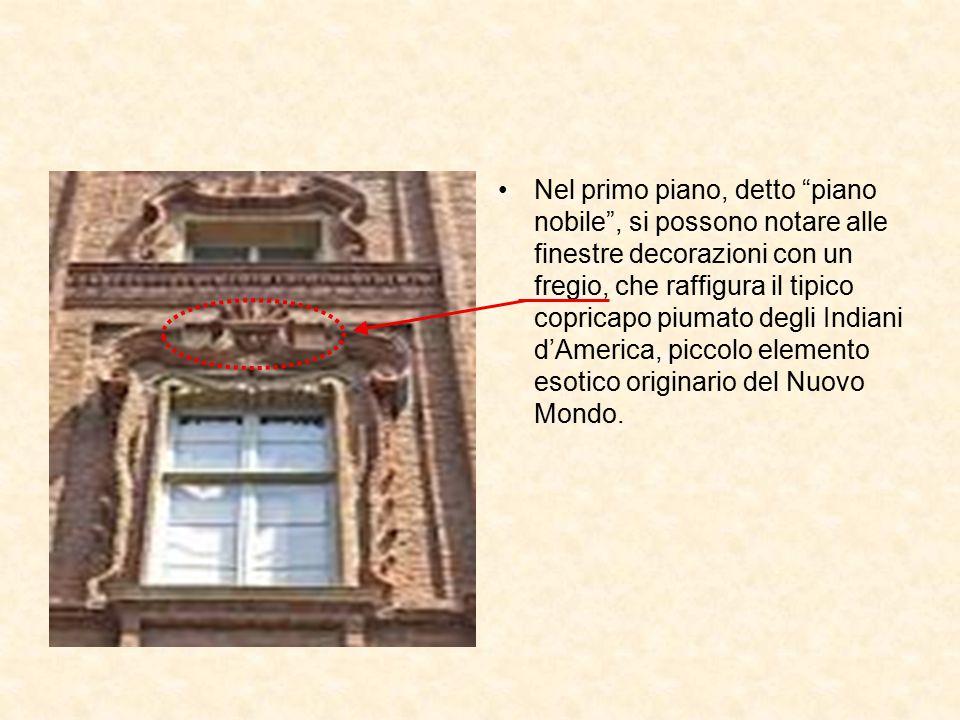 Nel primo piano, detto piano nobile , si possono notare alle finestre decorazioni con un fregio, che raffigura il tipico copricapo piumato degli Indiani d'America, piccolo elemento esotico originario del Nuovo Mondo.
