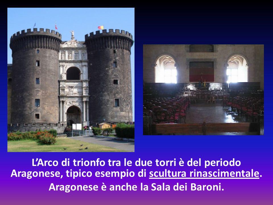 L'Arco di trionfo tra le due torri è del periodo Aragonese, tipico esempio di scultura rinascimentale.