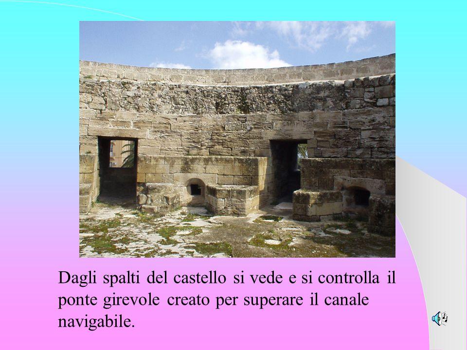 Dagli spalti del castello si vede e si controlla il ponte girevole creato per superare il canale navigabile.