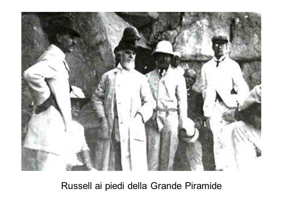 Russell ai piedi della Grande Piramide
