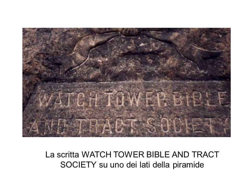 La scritta WATCH TOWER BIBLE AND TRACT SOCIETY su uno dei lati della piramide