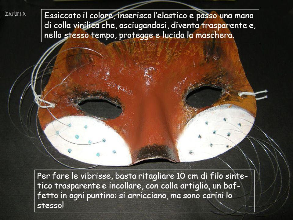 Essiccato il colore, inserisco l'elastico e passo una mano di colla vinilica che, asciugandosi, diventa trasparente e, nello stesso tempo, protegge e lucida la maschera.
