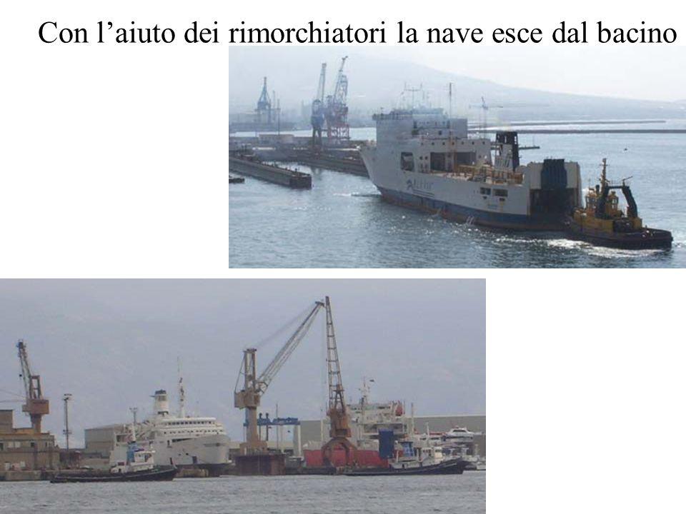 Con l'aiuto dei rimorchiatori la nave esce dal bacino