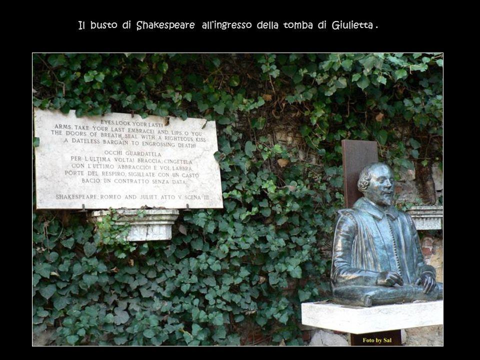Il busto di Shakespeare all'ingresso della tomba di Giulietta .