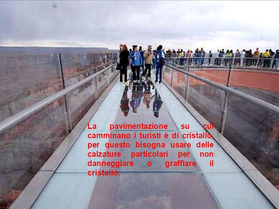 La pavimentazione su cui camminano i turisti è di cristallo, per questo bisogna usare delle calzature particolari per non danneggiare o graffiare il cristallo.