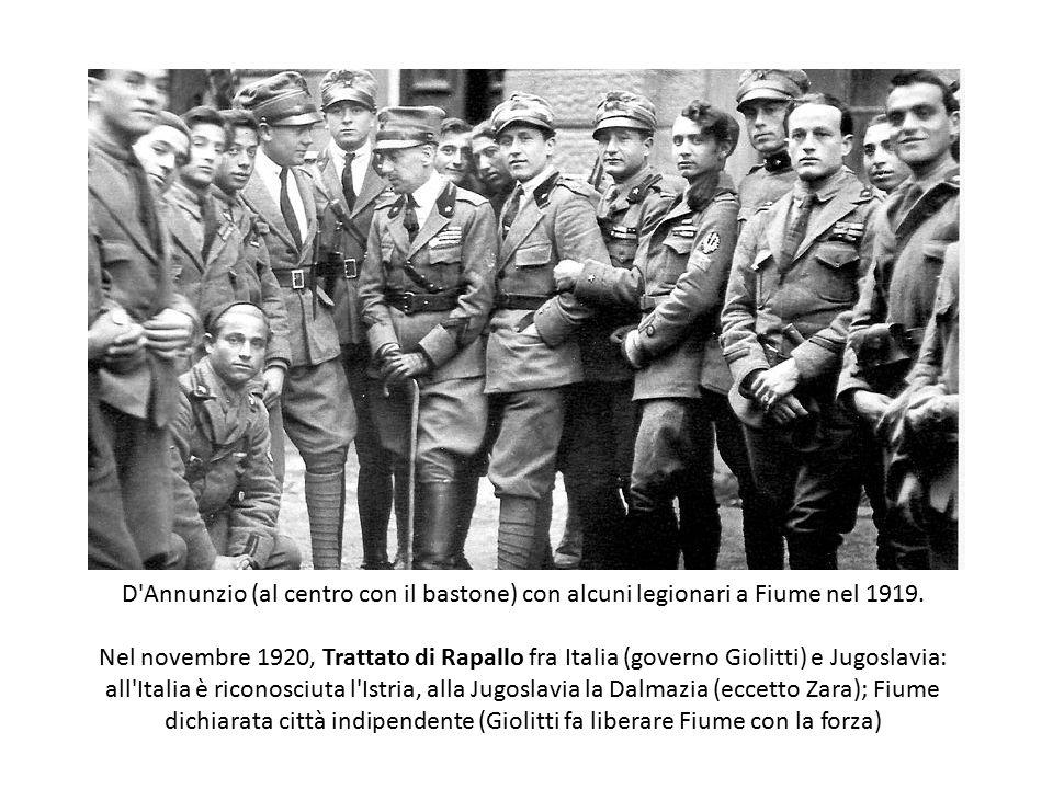 D Annunzio (al centro con il bastone) con alcuni legionari a Fiume nel 1919.