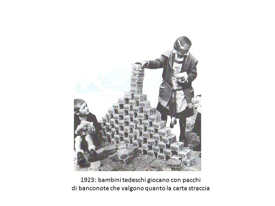 1923: bambini tedeschi giocano con pacchi