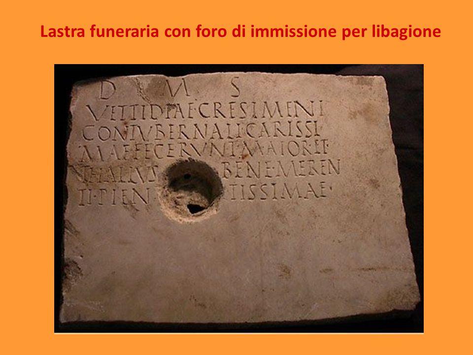 Lastra funeraria con foro di immissione per libagione