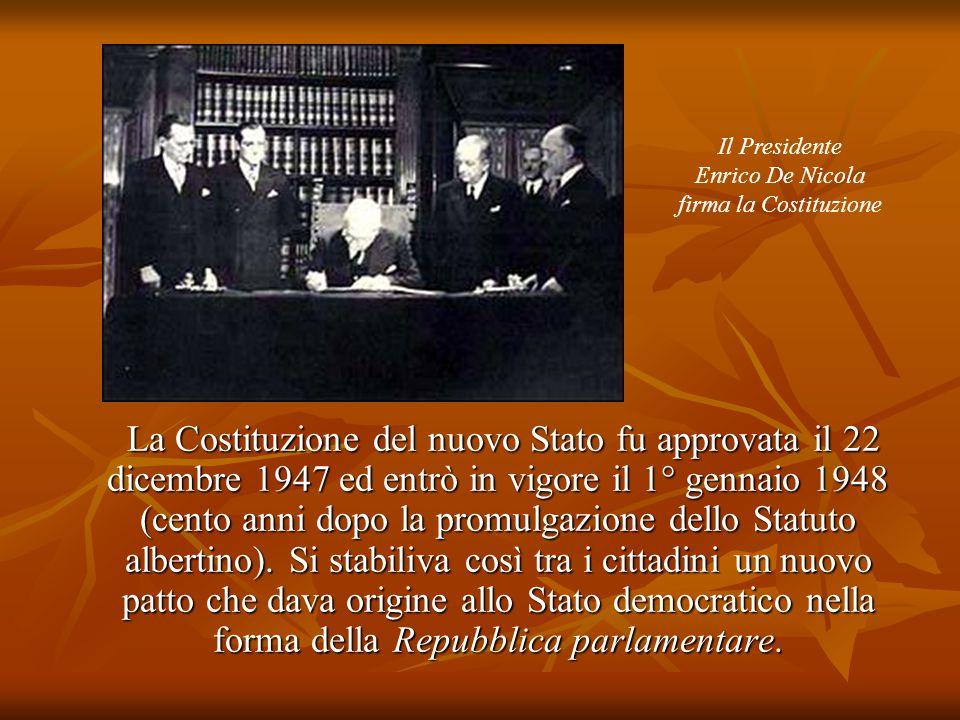 Il Presidente Enrico De Nicola. firma la Costituzione.