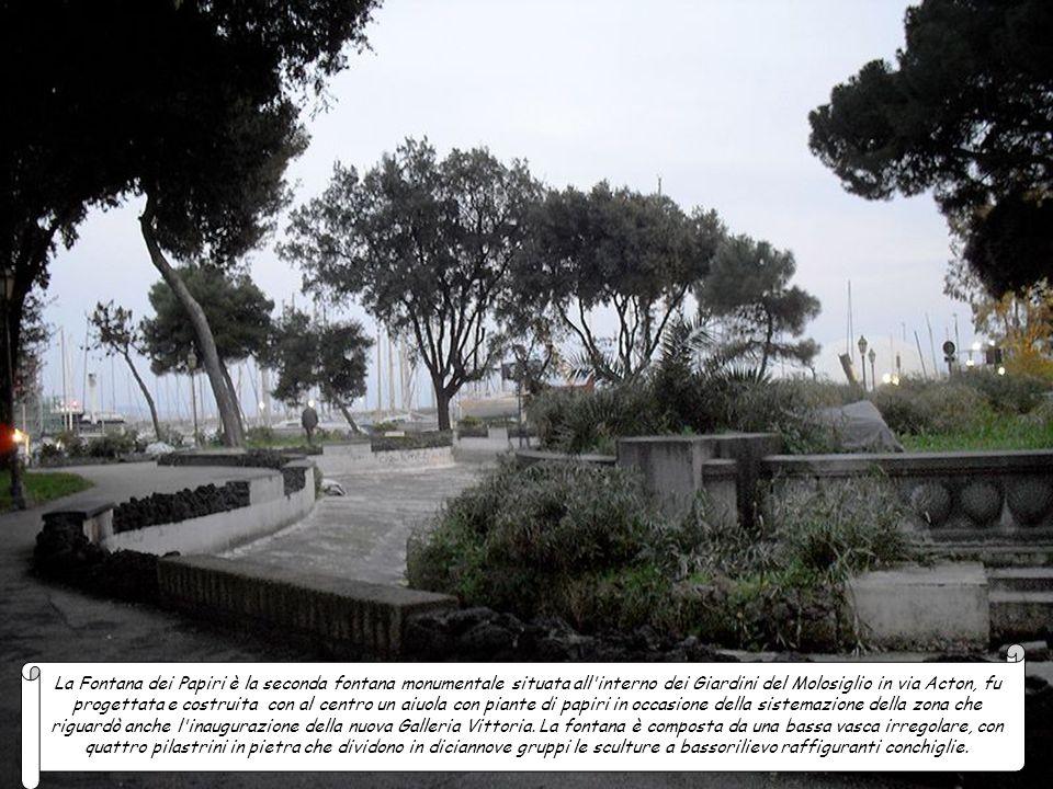 La Fontana dei Papiri è la seconda fontana monumentale situata all interno dei Giardini del Molosiglio in via Acton, fu progettata e costruita con al centro un aiuola con piante di papiri in occasione della sistemazione della zona che riguardò anche l inaugurazione della nuova Galleria Vittoria.
