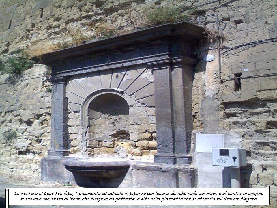 La Fontana al Capo Posillipo, tipicamente ad edicola in piperno con lesene doriche nella cui nicchia al centro in origine si trovava una testa di leone che fungeva da gettante, è sita nella piazzetta che si affaccia sul litorale flegreo.