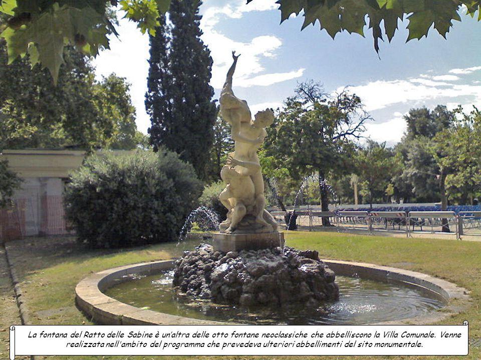 La fontana del Ratto delle Sabine è un'altra delle otto fontane neoclassiche che abbelliscono la Villa Comunale.