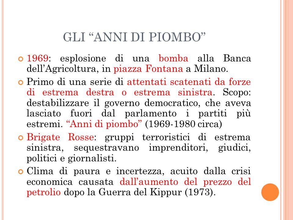 GLI ANNI DI PIOMBO 1969: esplosione di una bomba alla Banca dell'Agricoltura, in piazza Fontana a Milano.