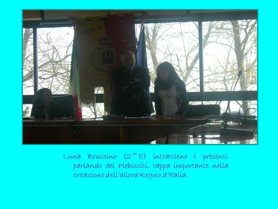 Luna Bruscino (2^E) intrattiene i presenti parlando del Plebisciti, tappa importante nella creazione dell'allora Regno d'Italia.