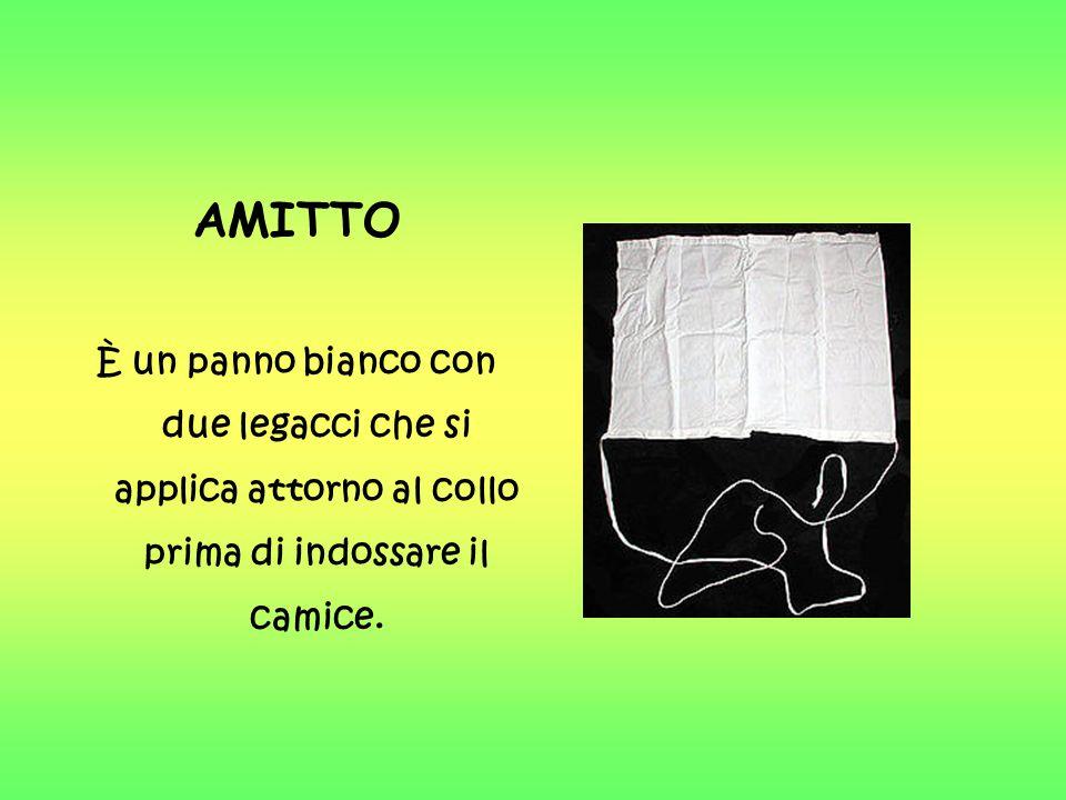 AMITTO È un panno bianco con due legacci che si applica attorno al collo prima di indossare il camice.