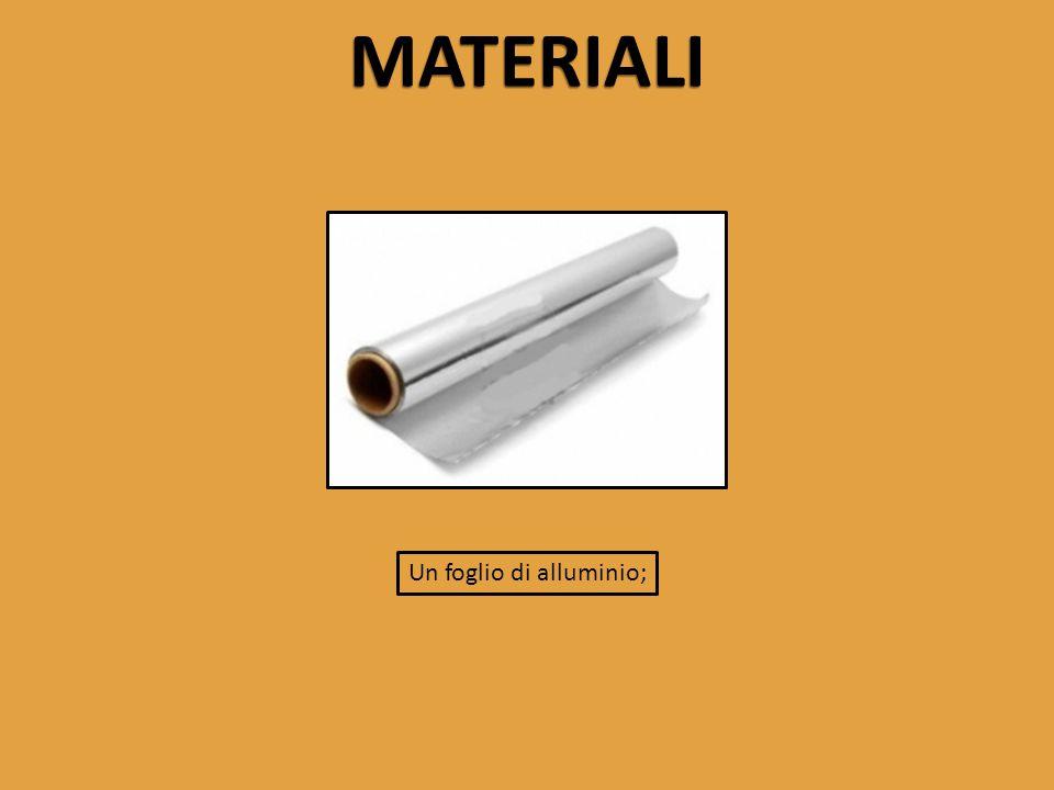 Un foglio di alluminio;