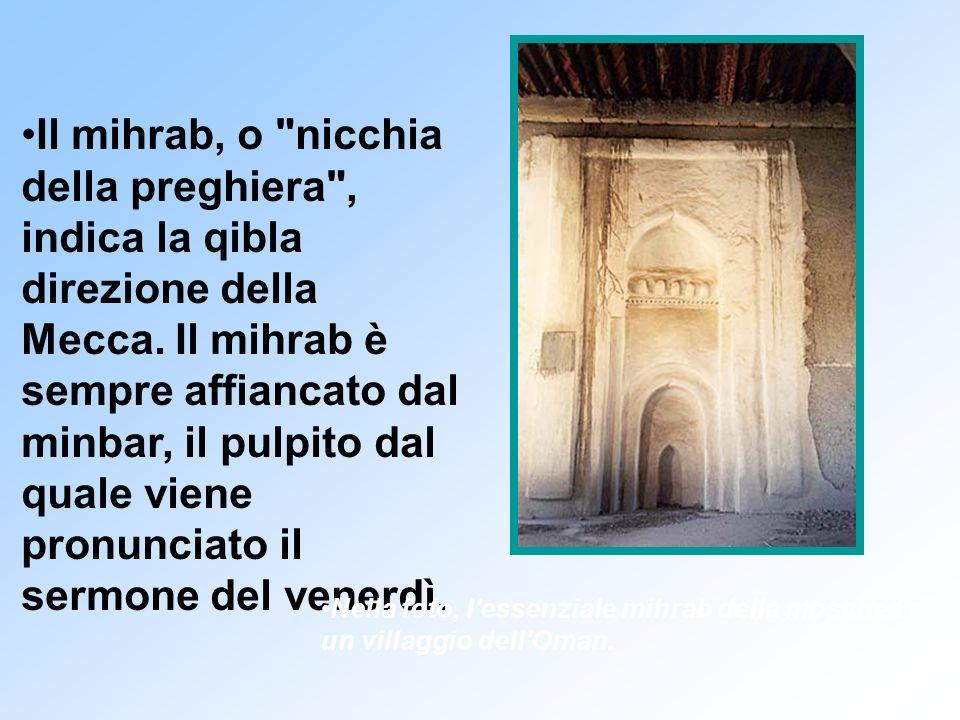 Il mihrab, o nicchia della preghiera , indica la qibla direzione della Mecca. Il mihrab è sempre affiancato dal minbar, il pulpito dal quale viene pronunciato il sermone del venerdì.