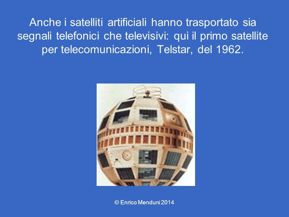 Anche i satelliti artificiali hanno trasportato sia segnali telefonici che televisivi: qui il primo satellite per telecomunicazioni, Telstar, del 1962.
