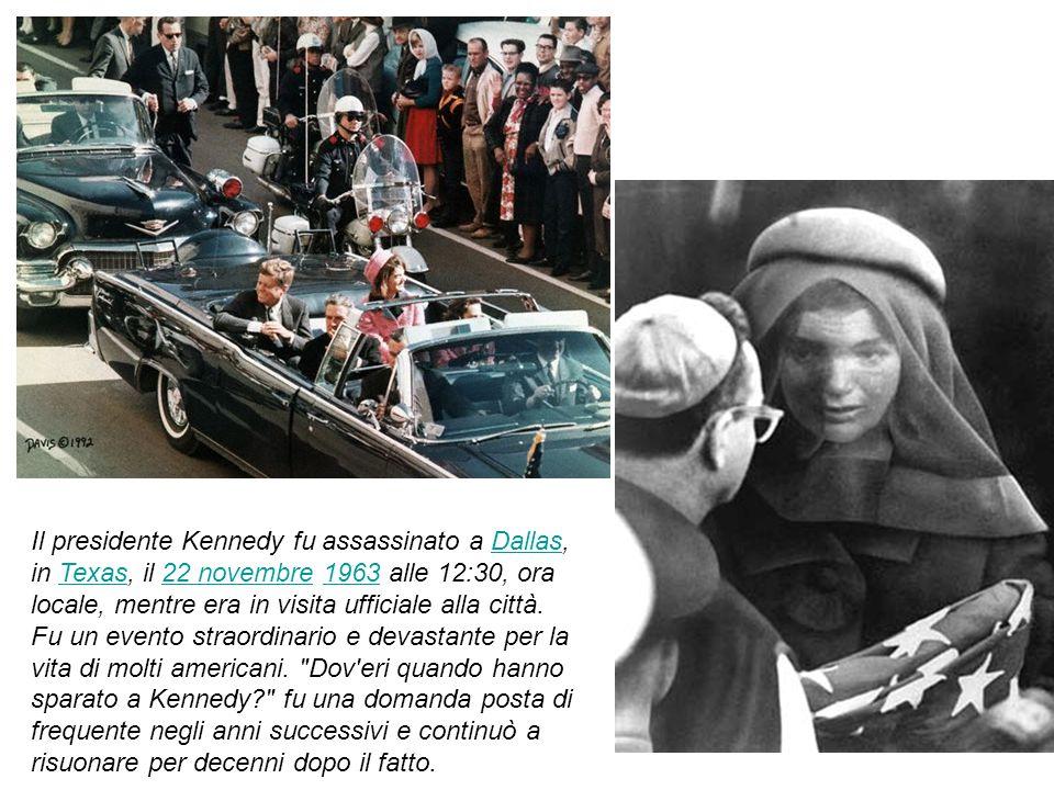 Il presidente Kennedy fu assassinato a Dallas, in Texas, il 22 novembre 1963 alle 12:30, ora locale, mentre era in visita ufficiale alla città.