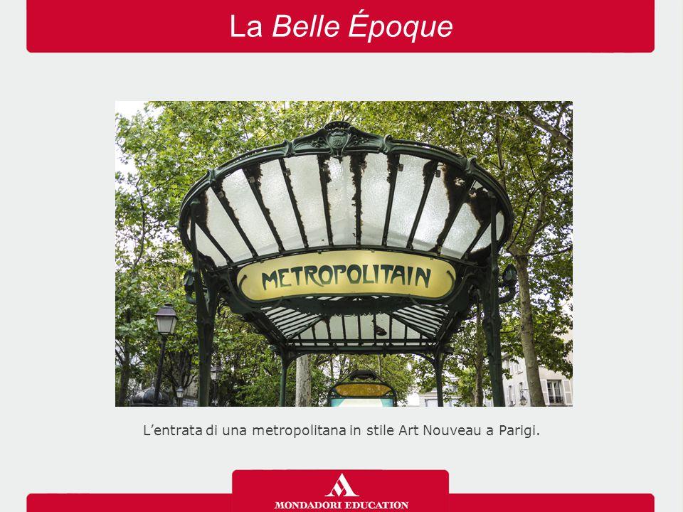 L'entrata di una metropolitana in stile Art Nouveau a Parigi.