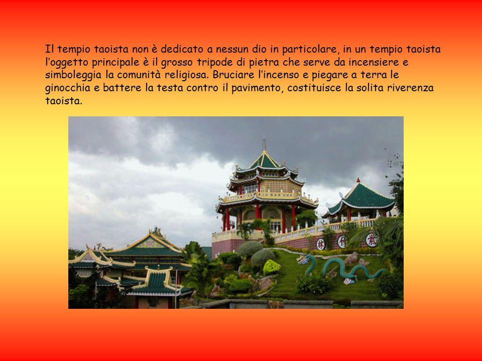 Il tempio taoista non è dedicato a nessun dio in particolare, in un tempio taoista l'oggetto principale è il grosso tripode di pietra che serve da incensiere e simboleggia la comunità religiosa.
