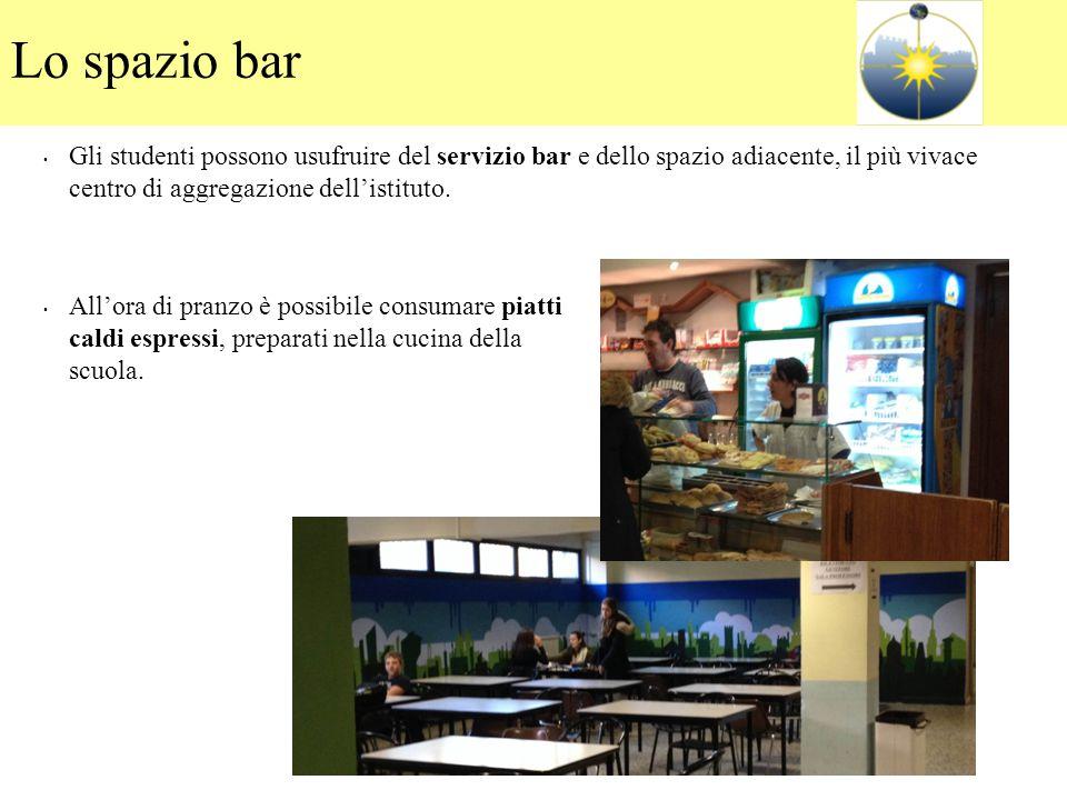Lo spazio bar Gli studenti possono usufruire del servizio bar e dello spazio adiacente, il più vivace centro di aggregazione dell'istituto.