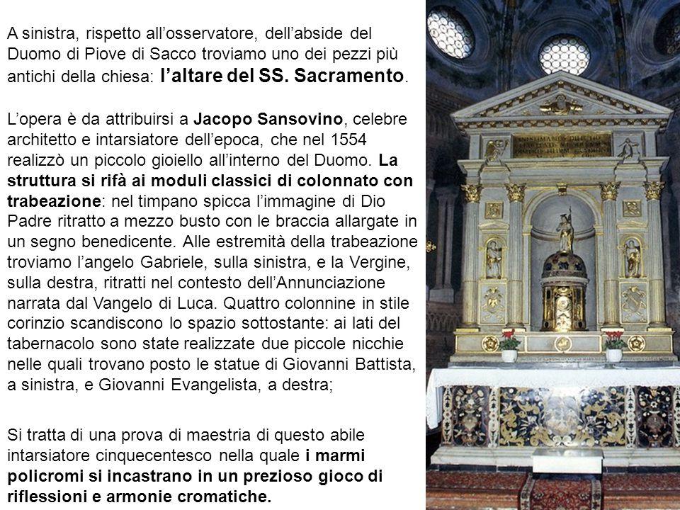 A sinistra, rispetto all'osservatore, dell'abside del Duomo di Piove di Sacco troviamo uno dei pezzi più antichi della chiesa: l'altare del SS. Sacramento.