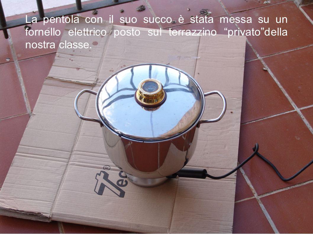 La pentola con il suo succo è stata messa su un fornello elettrico posto sul terrazzino privato della nostra classe.