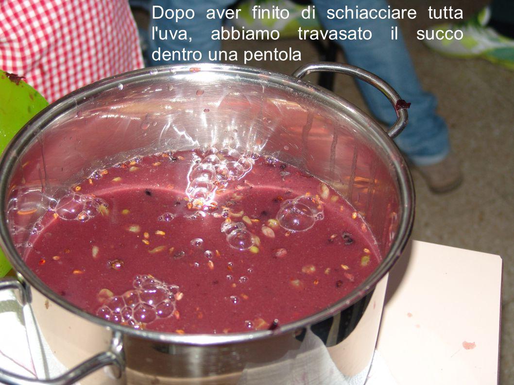 Dopo aver finito di schiacciare tutta l uva, abbiamo travasato il succo dentro una pentola