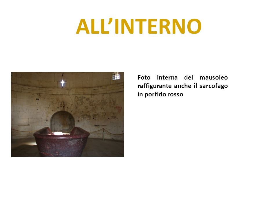 ALL'INTERNO Foto interna del mausoleo raffigurante anche il sarcofago in porfido rosso