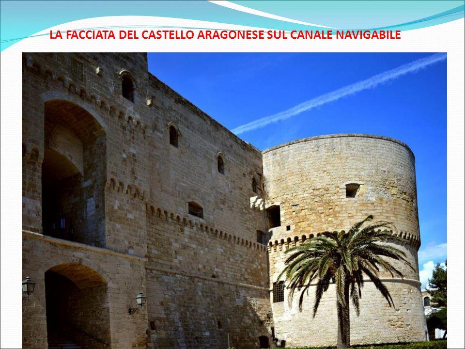 LA FACCIATA DEL CASTELLO ARAGONESE SUL CANALE NAVIGABILE