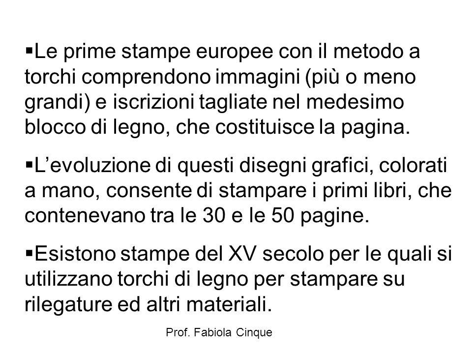 Le prime stampe europee con il metodo a torchi comprendono immagini (più o meno grandi) e iscrizioni tagliate nel medesimo blocco di legno, che costituisce la pagina.