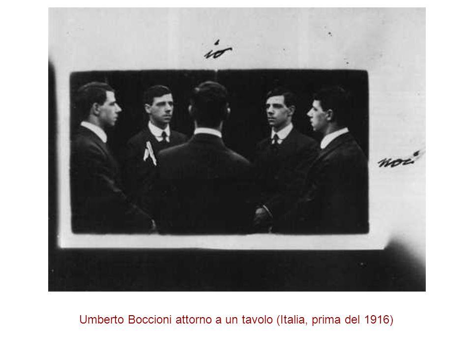 Umberto Boccioni attorno a un tavolo (Italia, prima del 1916)