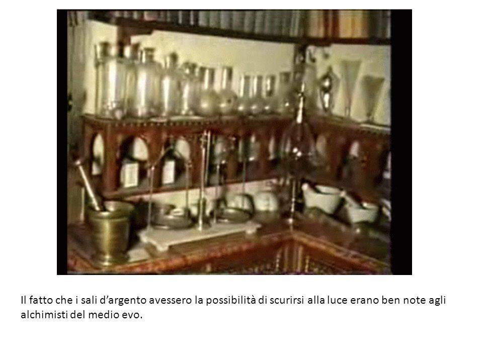 Il fatto che i sali d'argento avessero la possibilità di scurirsi alla luce erano ben note agli alchimisti del medio evo.