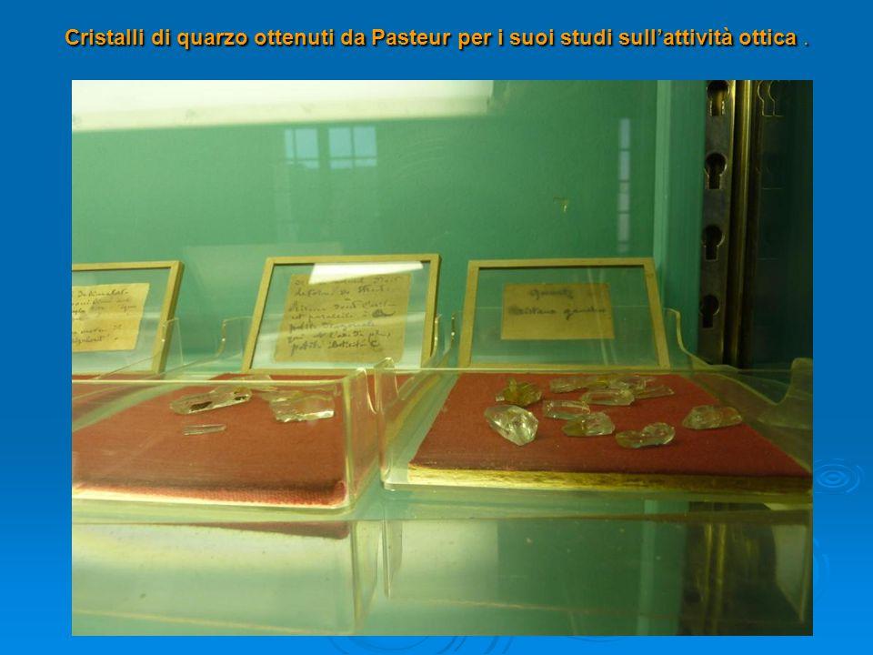 Cristalli di quarzo ottenuti da Pasteur per i suoi studi sull'attività ottica .