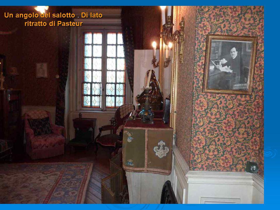Un angolo del salotto . Di lato ritratto di Pasteur