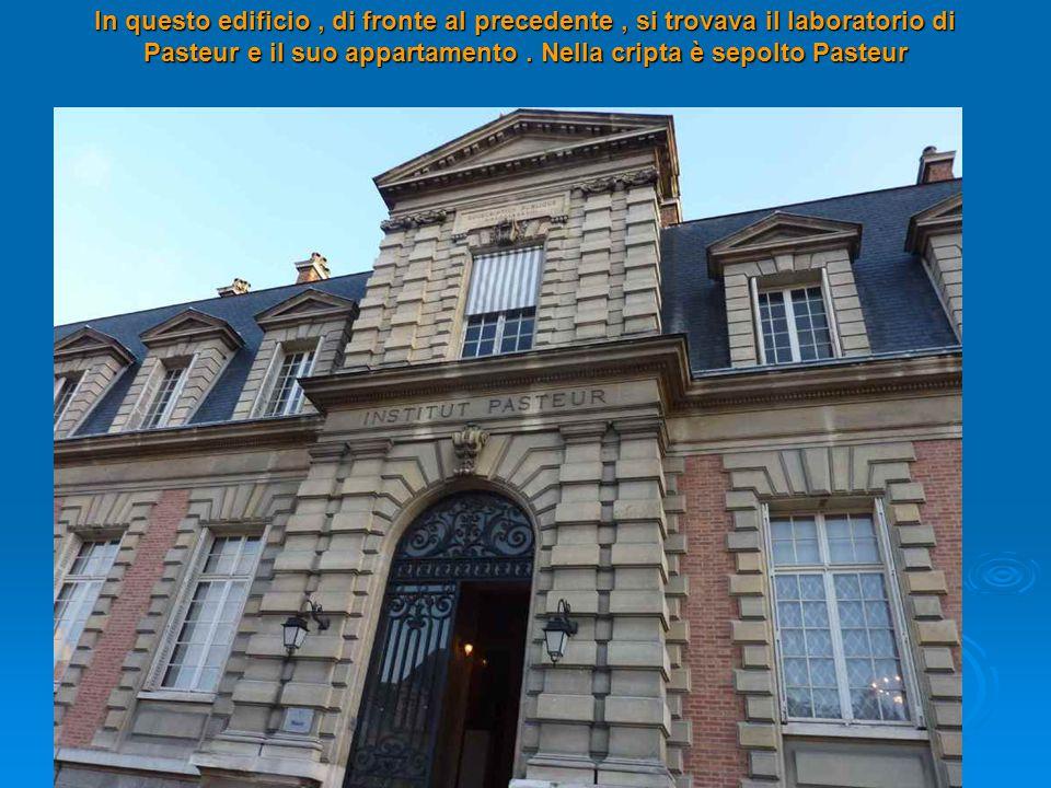 In questo edificio , di fronte al precedente , si trovava il laboratorio di Pasteur e il suo appartamento .