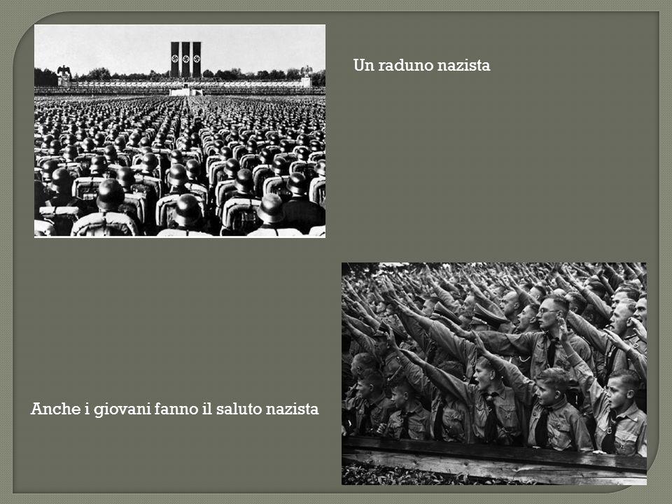 Un raduno nazista Anche i giovani fanno il saluto nazista